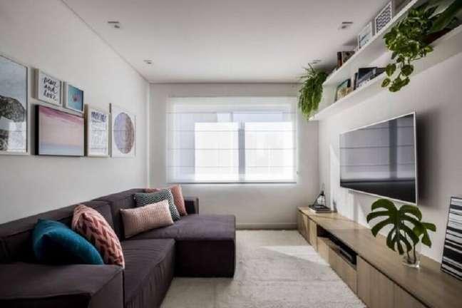 60. Vasos com plantas para decoração de sala simples com sofá cinza confortável – Foto: SP Estúdio