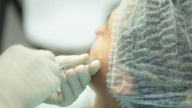 Vagas para 'pacientes modelos' anunciadas nas redes sociais oferecem procedimentos estéticos mais ou menos invasivos, desde o design de sobrancelha à aplicação de toxina botulínica (foto)