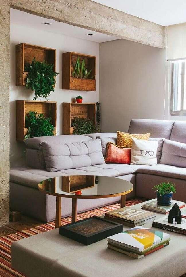35. Sofá cinza de canto para decoração de sala com plantas na parede – Foto: Revista Artesanato