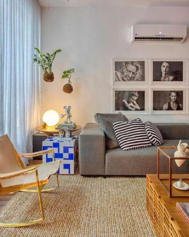 39. Tapete rustico para decoração de sala com plantas suspensas e sofa cinza – Foto: Studio RO+CA