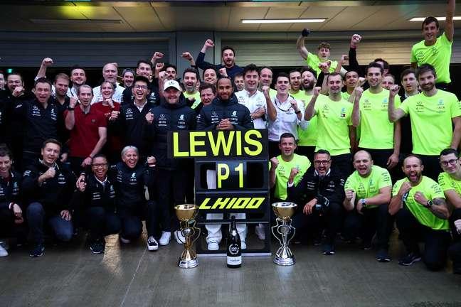 Lewis Hamilton celebra, junto com a Mercedes, a vitória 100 na F1