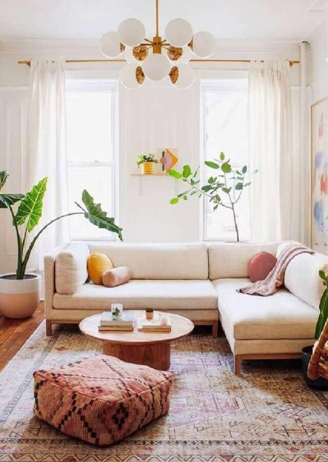 3. Cores claras para decoração de de sala com plantas naturais e sofa de canto – Foto: Urban Green Br