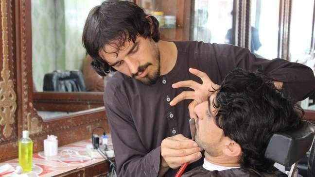 Após a queda do Talebã do poder em 2001, muitos homens passaram a frequentar barbeiros em busca de visual diferente