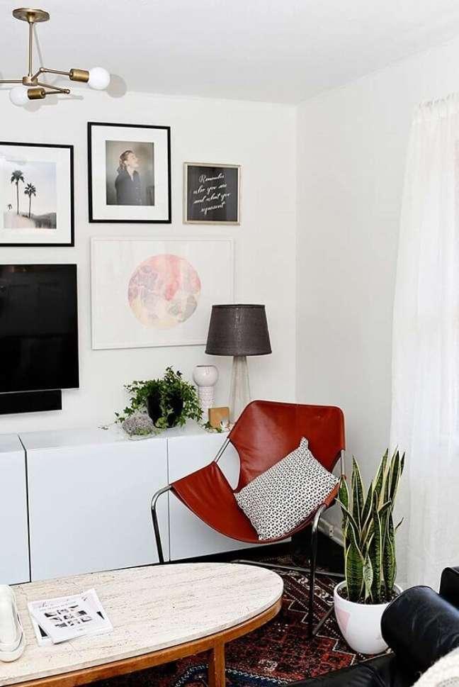42. Vasos com plantas para decoração de sala branca com quadros na parede – Foto: Decor Fácil