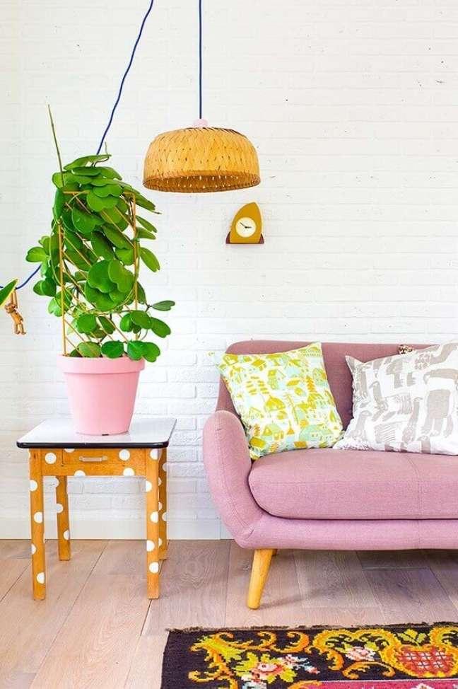 51. Vasos com plantas para decoração de sala de estar com sofa retro – Foto: Revista Artesanato