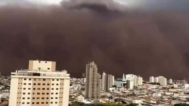 Imensa nuvem de poeira vermelha foi observada no interior de São Paulo no domingo (26/9)