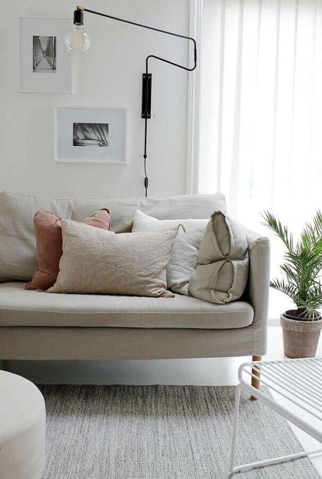 13. Decoração de sala com plantas e luminária de parede moderna – Foto: Decor Fácil