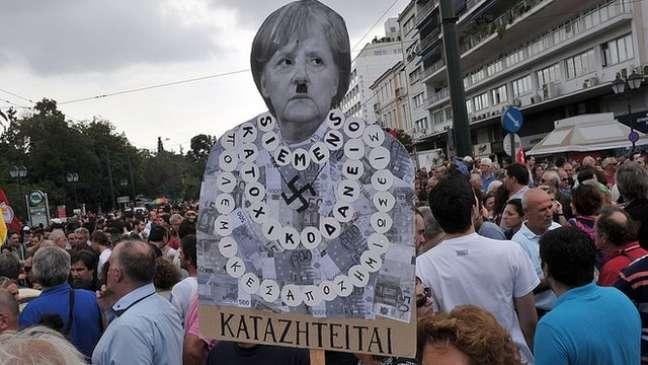 Gregos protestaram durante a visita de Angela Merkel ao país em 2012, no auge da crise econômica