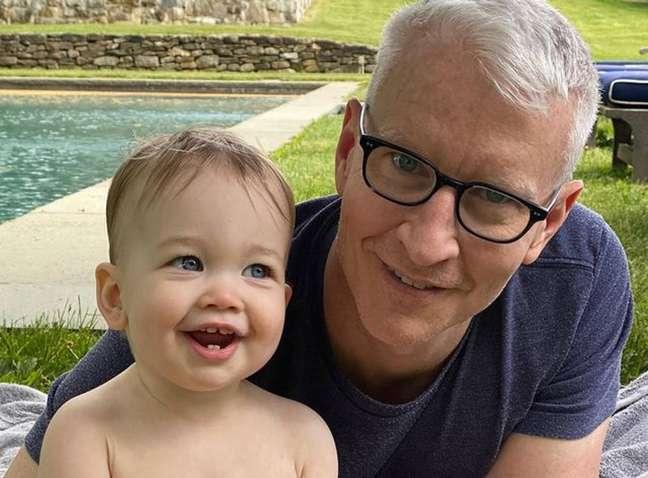 O jornalista Anderson Cooper, 54, com seu filhoWyatt Morgan, de um ano