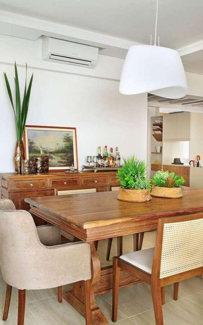 54. Vasos com plantas para decoração de sala de jantar com moveis de madeira – Foto: Ana Yoshida