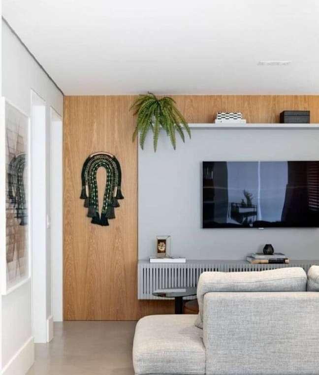 56. Vasos com plantas para decoração de sala de TV moderna com painel cinza – Foto: Dudi Duarte