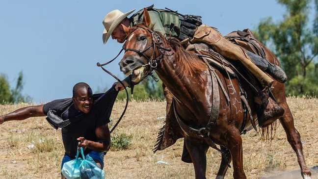 Essas imagens de agentes da patrulha de fronteira perseguindo haitianos a cavalo foram condenadas pela Casa Branca