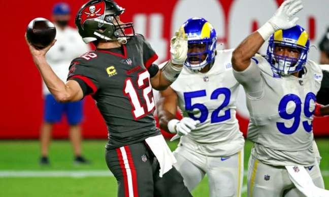 Tom Brady teve 432 jardas em derrota para os Rams por 34 a 24 (AFP)