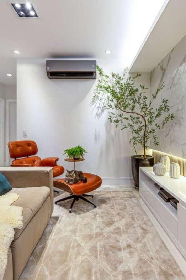 7. Cores claras para decoração de sala com plantas grandes e poltrona eames – Foto: RP Guimaraes