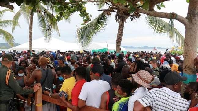 Na cidade de Necoclí, na Colômbia, milhares de pessoas aguardam para cruzar para o Panamá
