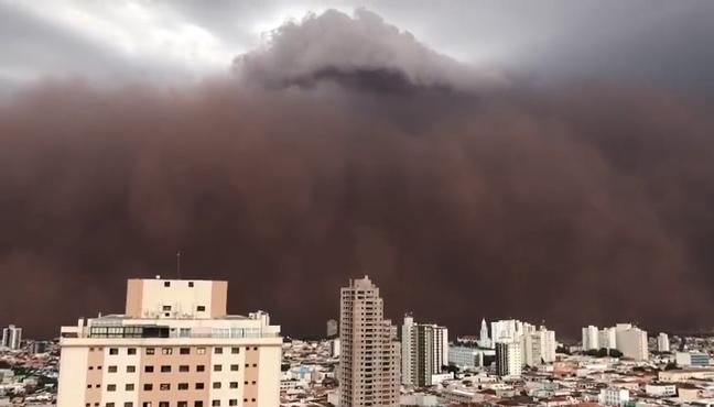 Nuvem de terra assustou moradores do interior paulista neste domingo.