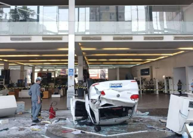 Carro despenca de concessionária em São Paulo e deixa ao menos 3 feridos