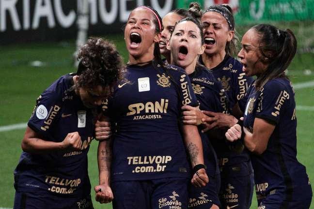 Victoria Albuquerque comemora seu gol durante a partida entre Corinthians e Palmeiras