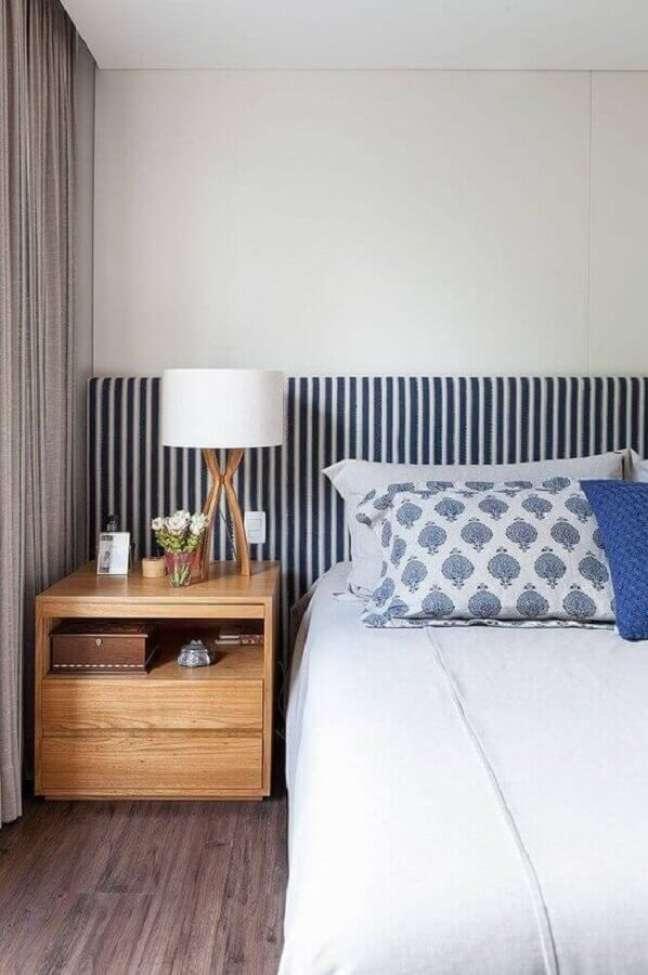 53. Quarto branco e azul decorado com cabeceira estofada e abajur para criado mudo de madeira – Foto R. A. P. Arquitetura