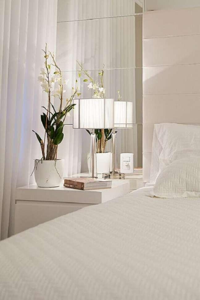 46. Decoração sofisticada com abajur para criado mudo em quarto branco – Foto: Mund Stock Arquitetura