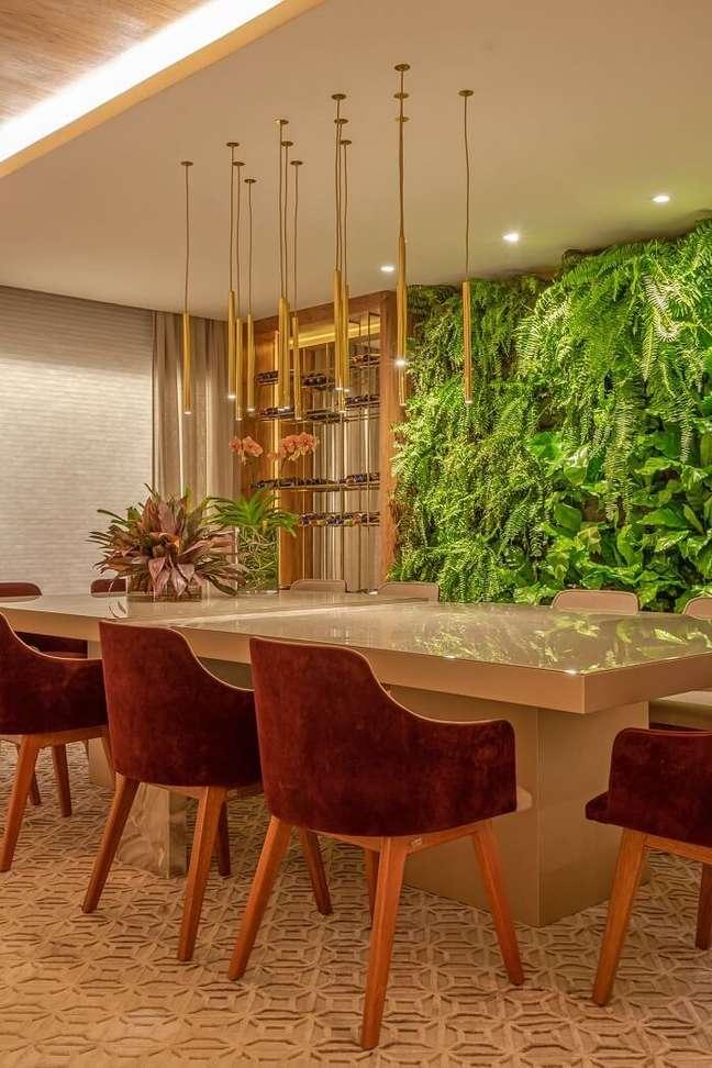 30. Sala de jantar de apartamento de luxo com jardim vertical. Fonte: Janaina Ferreira Loft