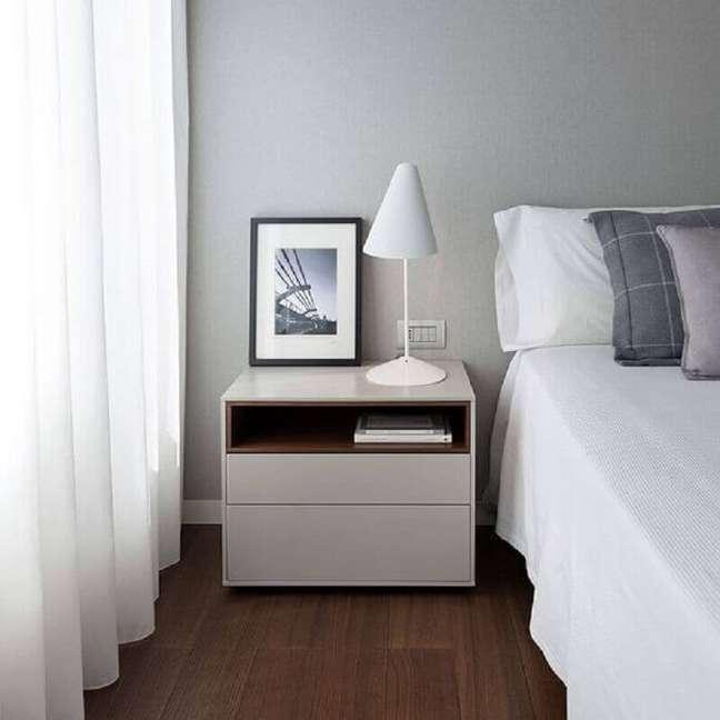 54. Quarto cinza e branco decorado com abajur pequeno para criado mudo – Foto: Homify