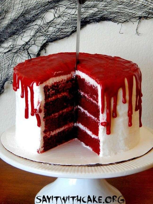29. O bolo pode ter cobertura vermelha, igual a sangue, para ser super personalizado no halloween – Por: Say It With Cake
