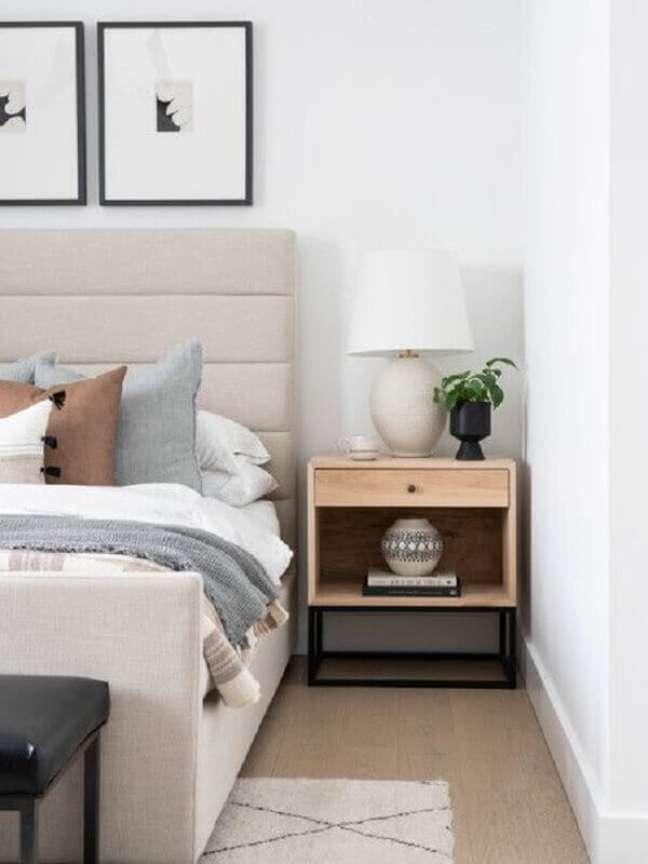 21. Cabeceira estofada para decoração de quarto branco com abajur para criado mudo de madeira – Foto: Leclair Decor