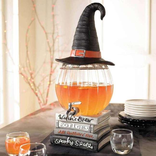 10. Detalhes como o chapéu de bruxa, livros de poções gatos pretos são característicos do halloween – Por: The Green Head