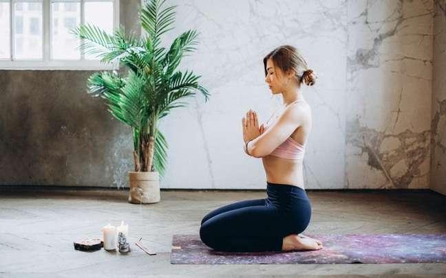 Yoga é capaz de relaxar o corpo e a mente do praticante - Foto Pexels