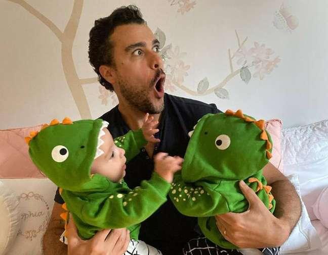Joaquim Lopes brincas com as filhas gêmeas