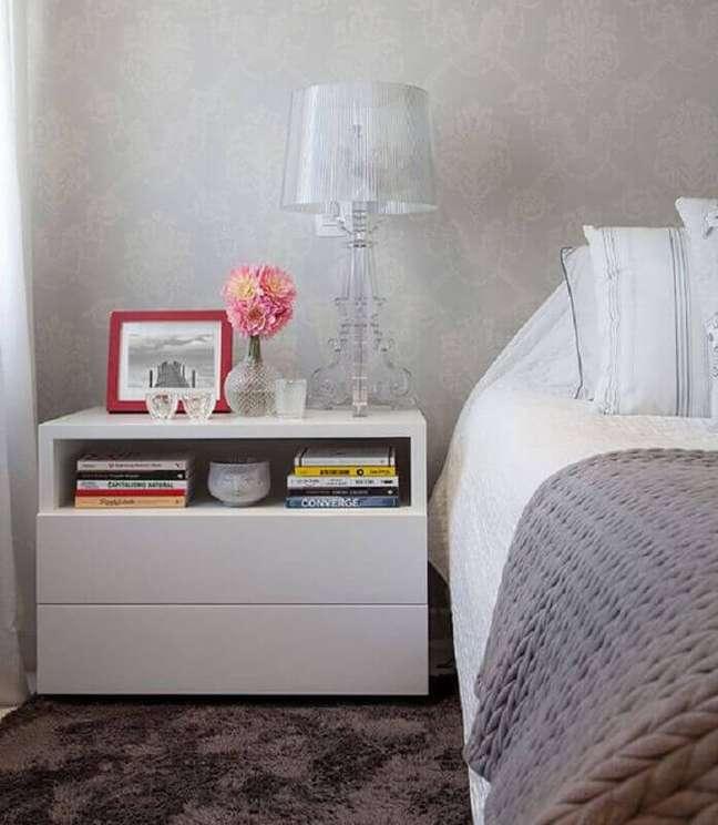 48. Papel de parede cinza clássico para decoração de quarto com abajur para criado mudo – Foto: Onn Ambientes Planejados