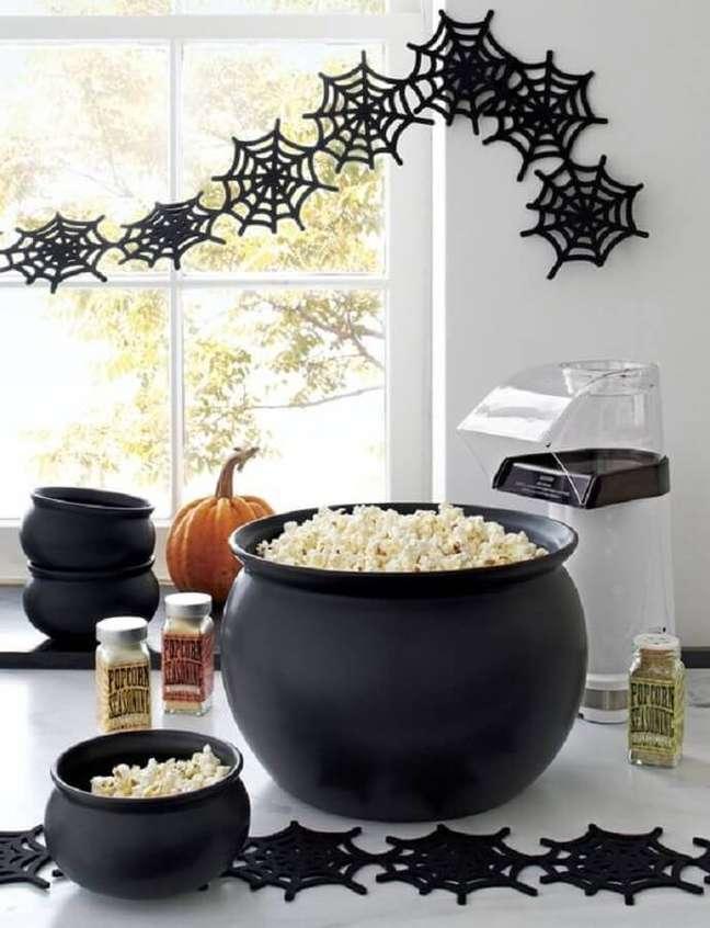 56. Decoração de festa de Halloween com caldeirão de pipoca – Foto: Crate and Barrel