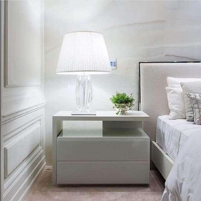 10. Abajur para criado mudo de quarto de casal decorado em cores claras – Foto: Decor Fácil
