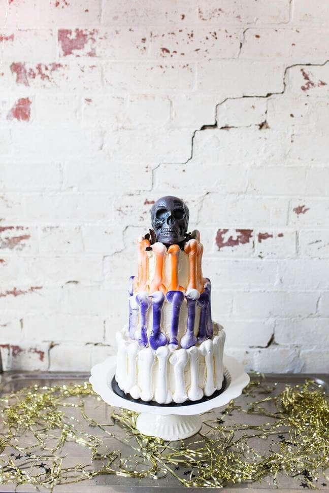 23. Decoração de bolo para festa de halloween com caveira no topo – Por: Architecture Art Designs