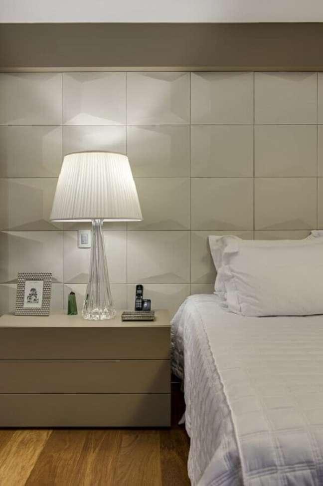 39. Decoração moderna com abajur para criado mudo de quarto com revestimento 3d – Foto: Studio Carina Fontes