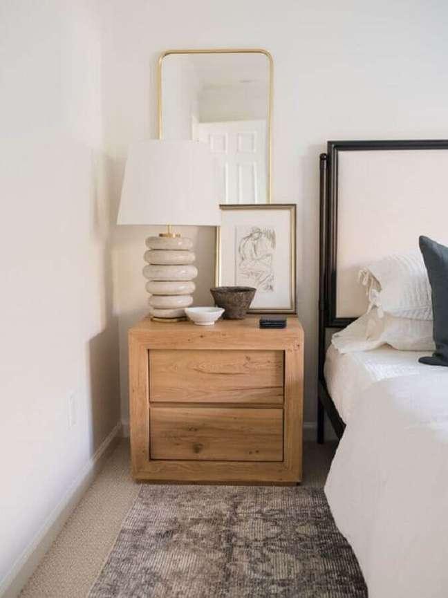36. Decoração de quarto em cores claras com abajur para criado mudo de madeira – Foto: Light and Dwell Interiors