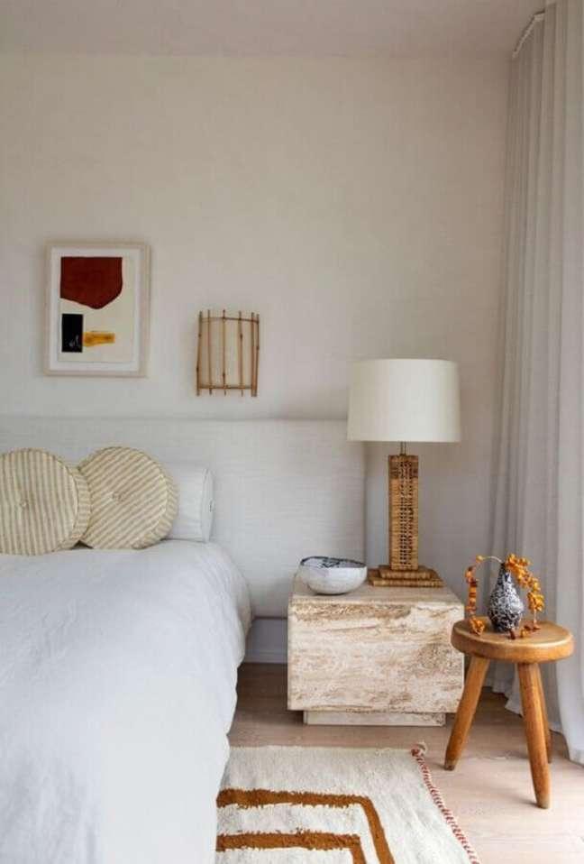 35. Decoração de quarto branco com abajur para criado mudo rustico – Foto: domino magazine