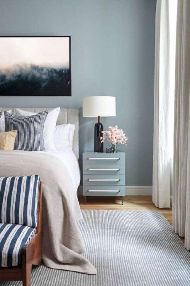 8. Abajur para criado mudo de quarto de casal decorado com parede azul – Foto: Home Fashion Trend