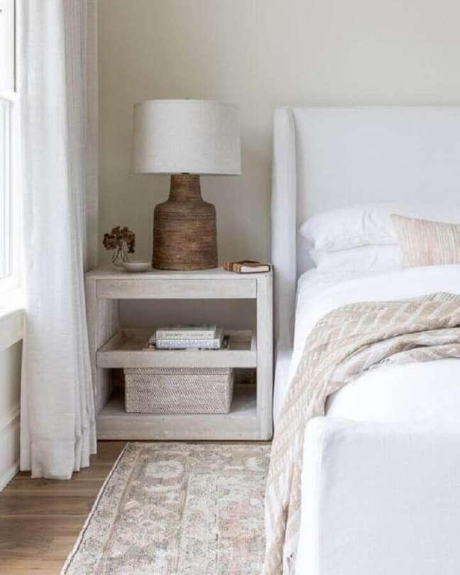 20. Abajur rustico para criado mudo de quarto de casal branco – Foto: The Identite Collective