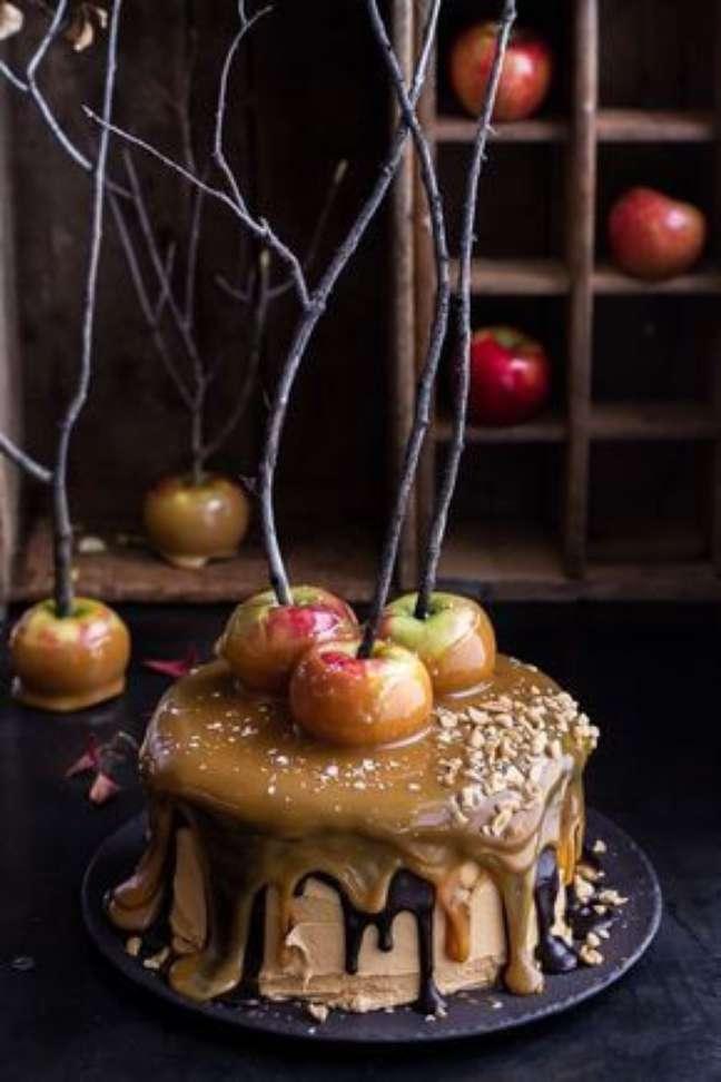 53. O bolo de festa de halloween é uma excelente opção para sua casa – Por: Coisas de Tere