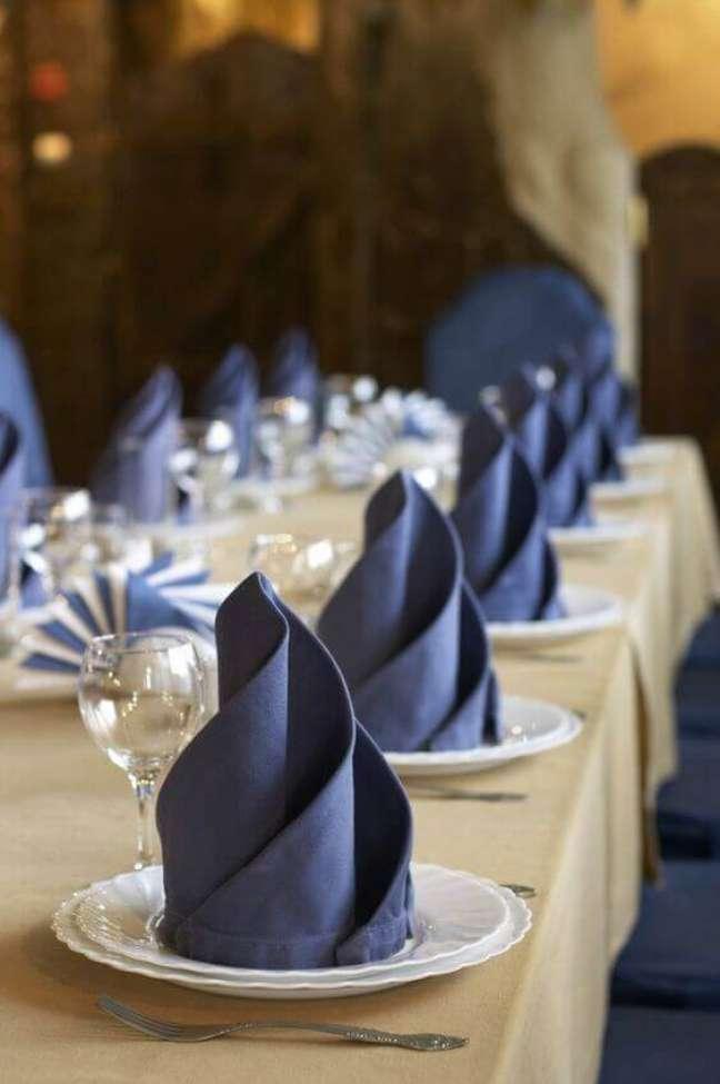 50. Sala de jantar de luxo com mesa decorada. Fonte: Relevo Guardanapos