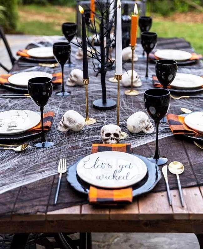 15. Velas e crânios para decoração de festa de Halloween ao ar livre – Foto: Fresh IDEEN