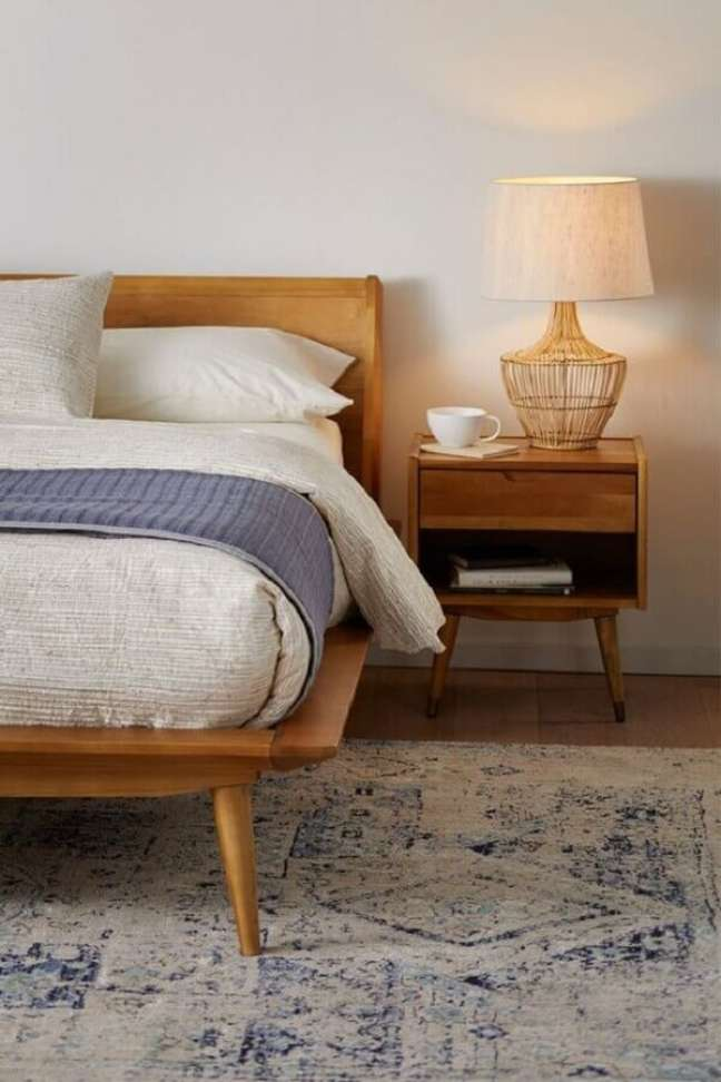 45. Decoração simples para quarto com moveis de madeira e abajur para criado mudo – Foto: Scandinavian Designs