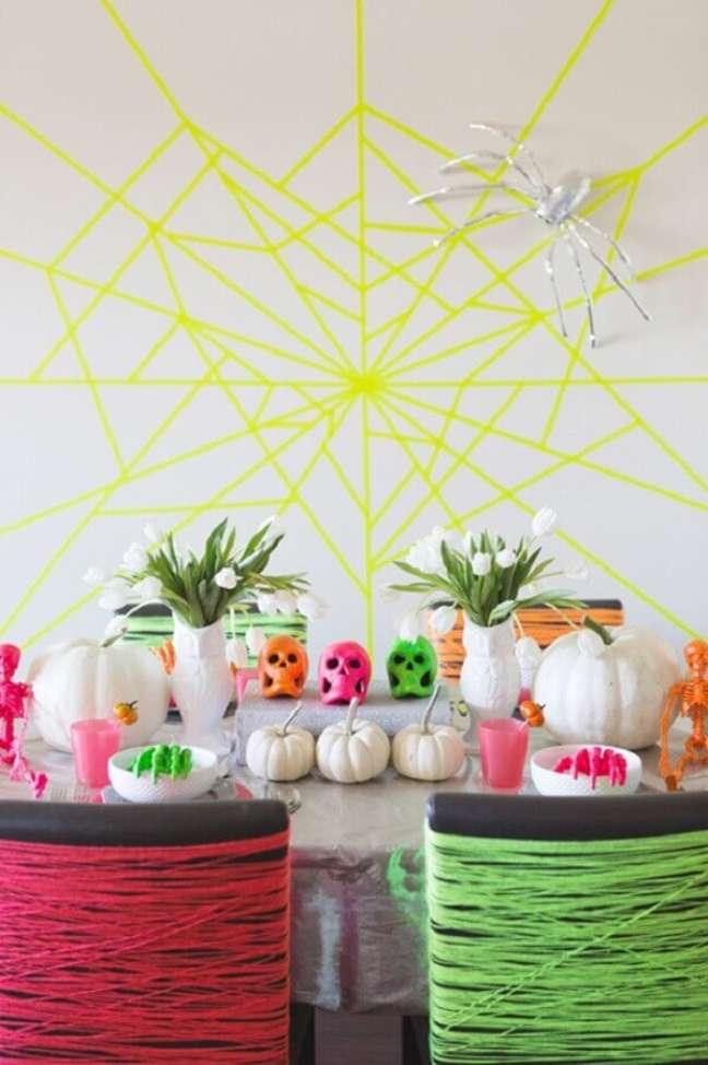 60. Festa de Halloween com decoração neon – Foto: The Cake Boutique