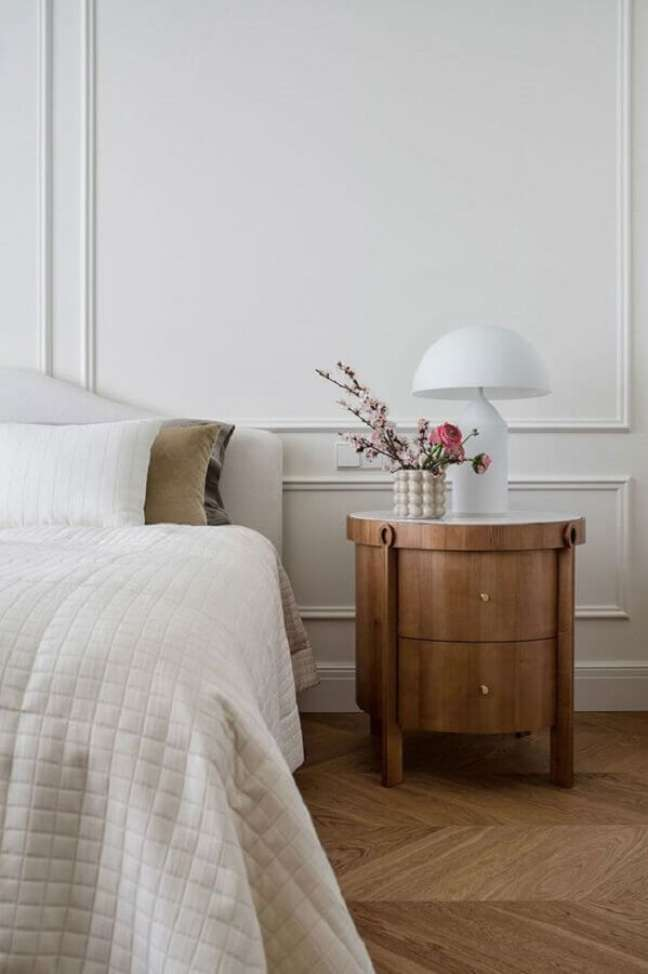 18. Abajur pequeno para criado mudo de quarto branco decorado com boiserie – Foto: PUFIK Interiors e Inspirations