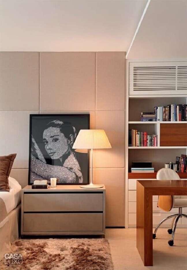 14. Abajur para criado mudo de quarto grande decorado com home office – Foto: MCA Studio