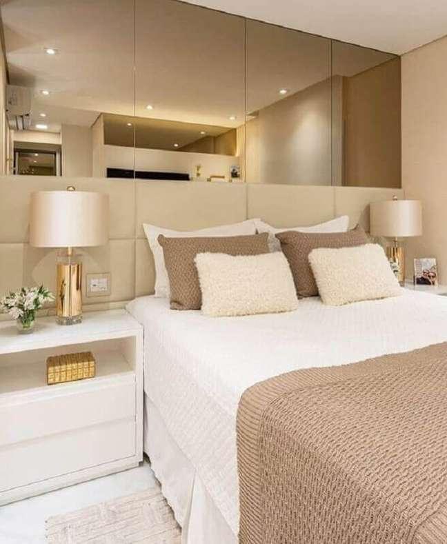 13. Abajur para criado mudo de quarto decorado em cores neutras com parede espelhada – Foto: Monise Rosa