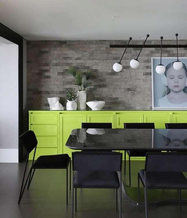 10. A cor do buffet de luxo para sala de jantar se destaca na decoração. Fonte: Inside Arquitetura e Design