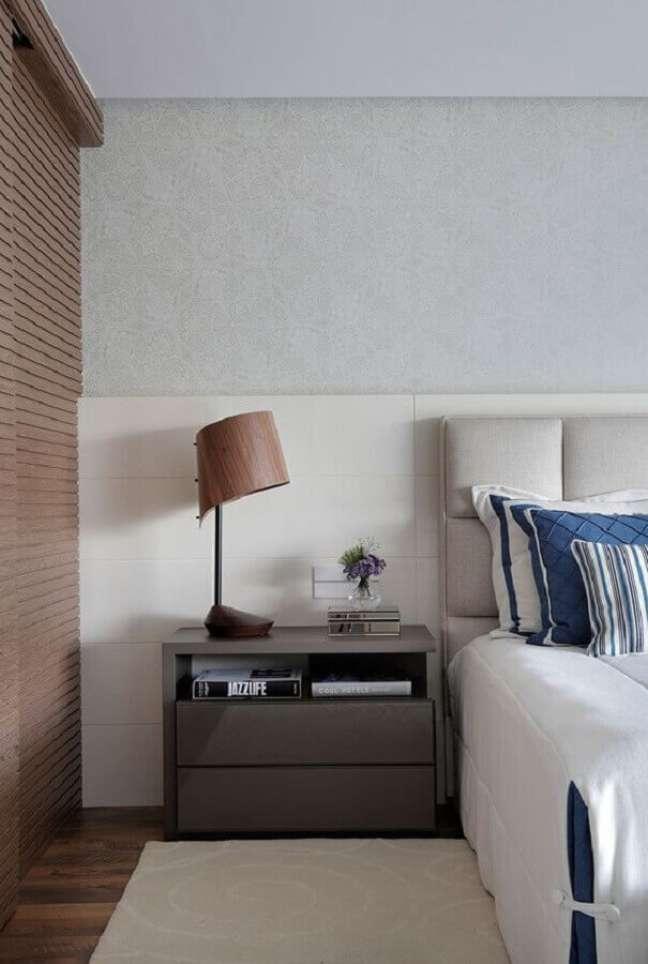 42. Decoração moderna para quarto planejado com abajur para criado mudo – Foto: Escritório de Arquitetura Leila Dionizios